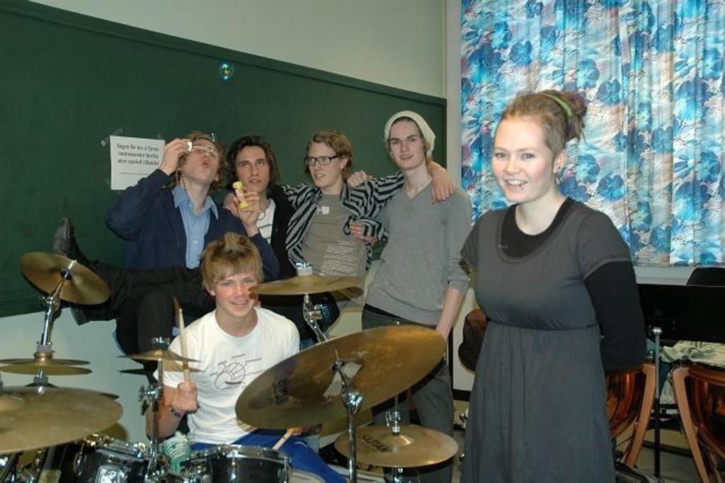 """Presseansvarlig Pernille Dragsten Holden oppfordrer ungdom til å komme på Manglerudfestivalen. Her er hun med skolebandet """"Tuba Tuba"""" som selvfølgelig spiller på lørdag. F.v: Anders Korsmo Løland, Mats Oven, Truls Johnsen og Syver Breiby. Stian Engen var ikke tilstede."""