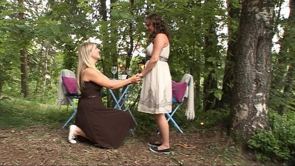 Her frir Lotte til Sita, med NRK i buskene. Foto: Storyteller/NRK