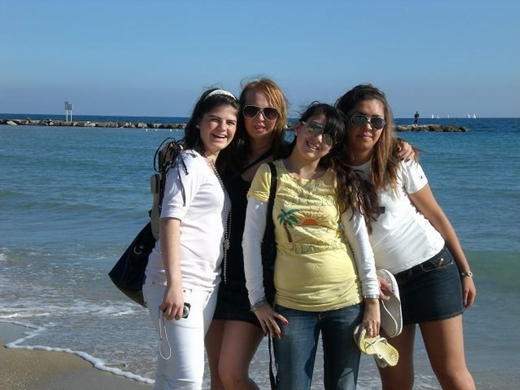 Ferihan Avdiu, Anita Skramstad, Sjoira Kosoni og Mirjeta Nosha føler de fikk mye ut av praksisperioden i Spania i høst. Foto. Privat
