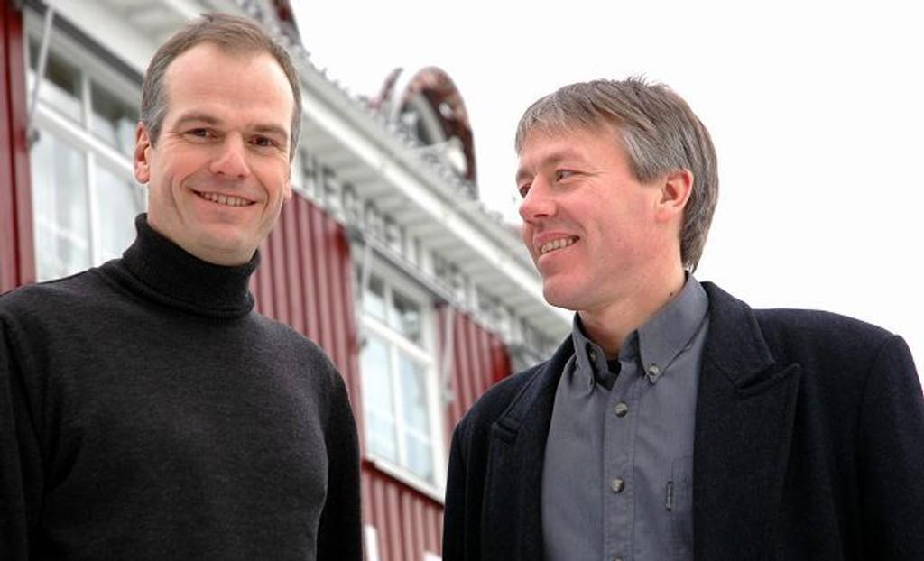 Jen Ramstad (t.v) og Svein Røssberg utenfor Heggeli helhetsmedisin, som nå vokser seg ut av sine egne lokaler. Foto: Fredrik Eckhoff