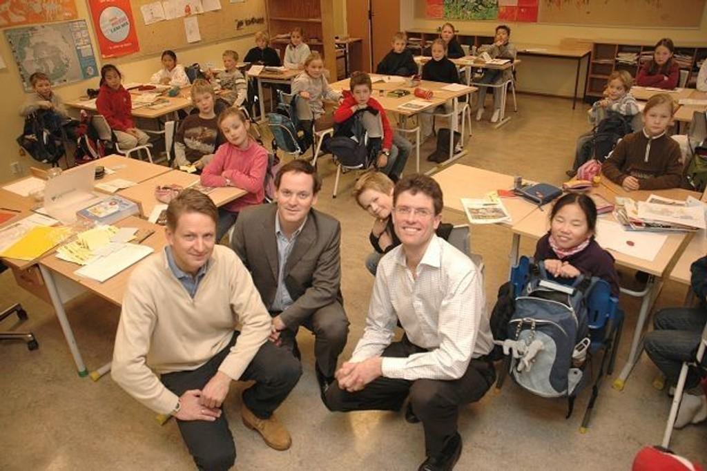 Pål Rokke, Christopher Husebye og Per Bjørkum steppet inn som lærere på Slemdal skole forrige uke. Foto: Alexander Synstad