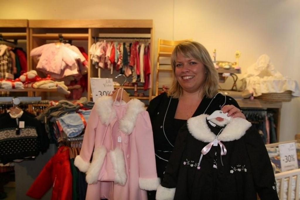 Mari Nordstrøm Jensen selger brukte prinsessekjoler og triptrapstoler. FOTO: NILS SKUMSVOLL