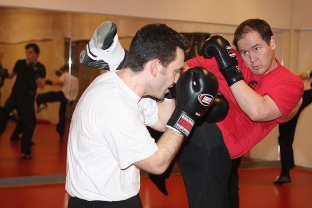 Høye spark: Sigbjørn Strømmen (rød trøye) sparker etter Stefan Dannenberger, som øver seg på teknikker for å blokkere og komme seg unna. BREDESEN