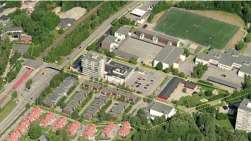 Området består av Haugerud senter, en parkeringsplass, en barnehage og en liten park. I det sydøstre hjørnet av studieområdet ligger den lokale kirken og nord for området ligger skolen, fotballbanen og tennisbanen. T-banen ligger i tilknytning til senteret og områdene rundt består stort sett av boliger. Foto: Oslo kommune