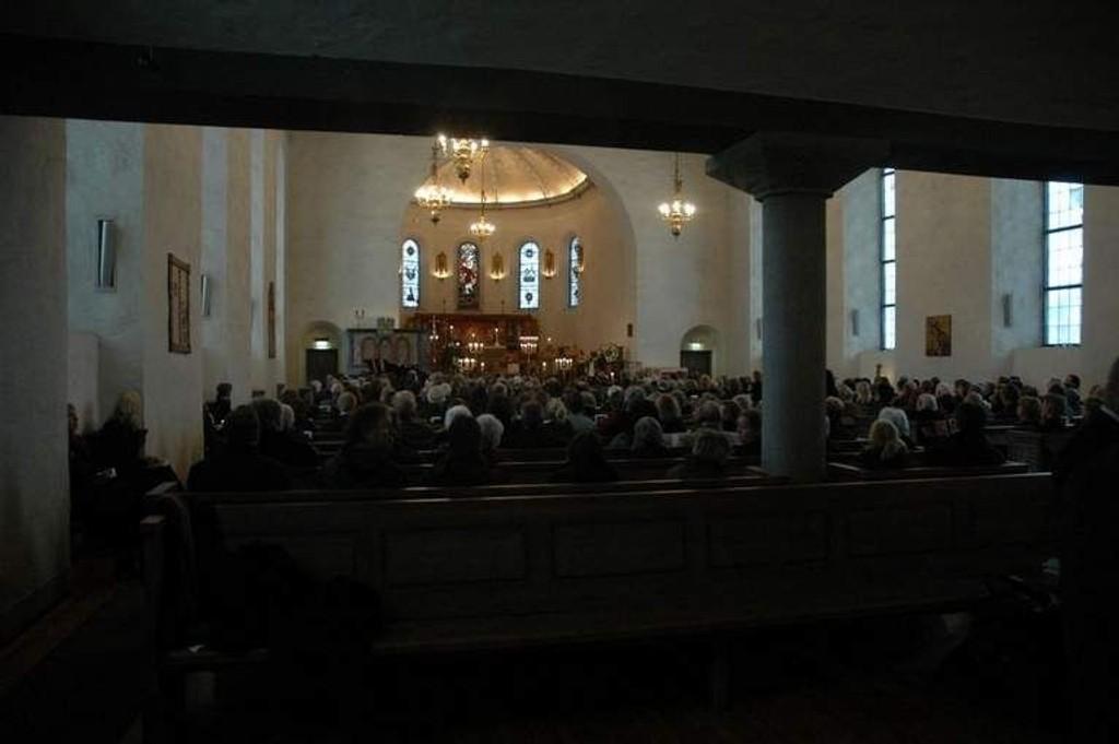 Ris kirke var fullsatt under bisettelsen av Arne Næss. Foto: Alexander Synstad