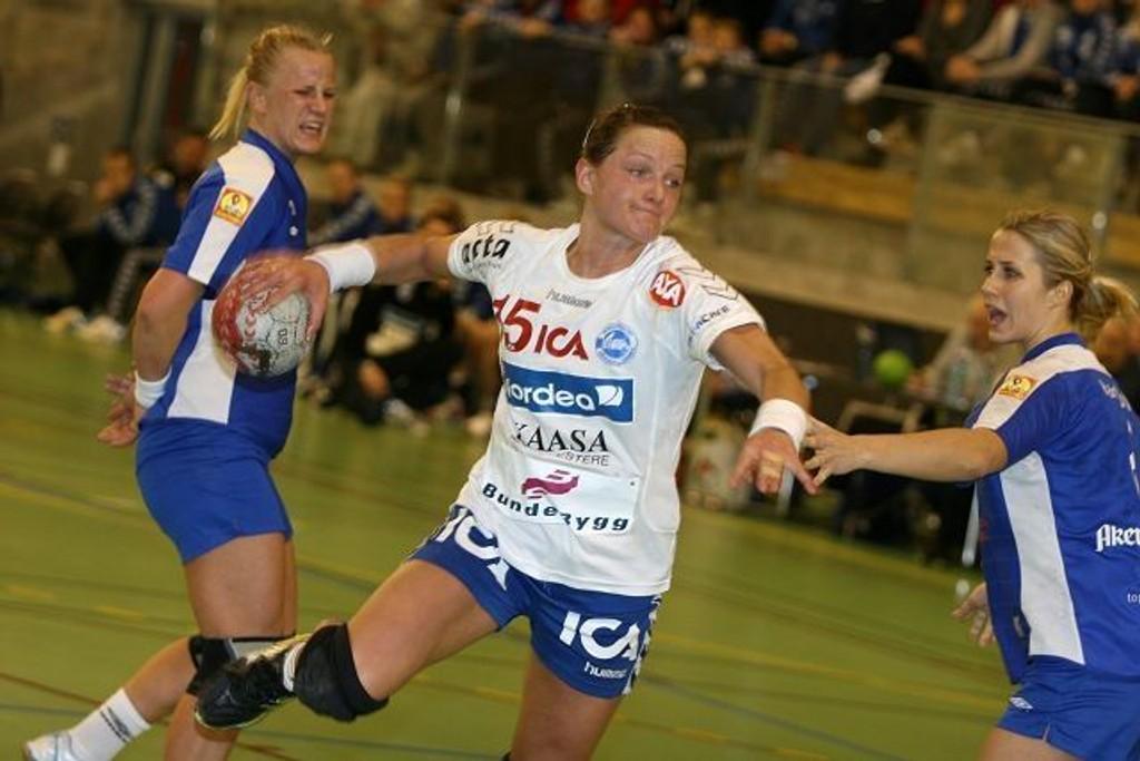 Therese Islas Helgesson spilte en av sine beste kamper for NIF. Her sklir hun forbi Njårds Mari Hegna (venstre) og Susanne Moe.