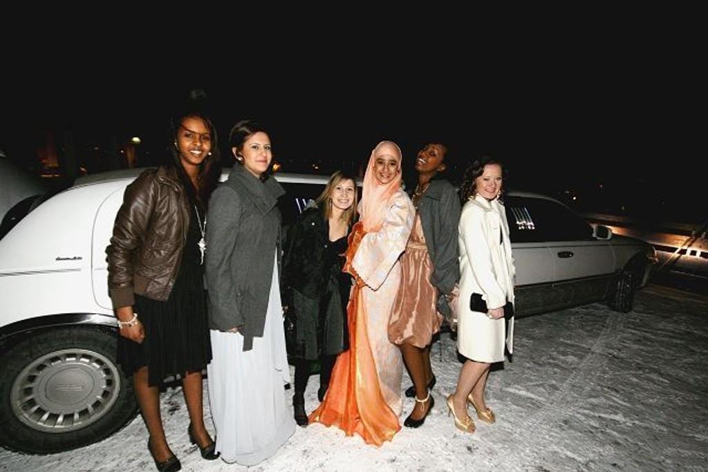 Jentene i tiende klasse på Lambertseter var staselig pyntet da de ankom nyttårsballet i limousin.