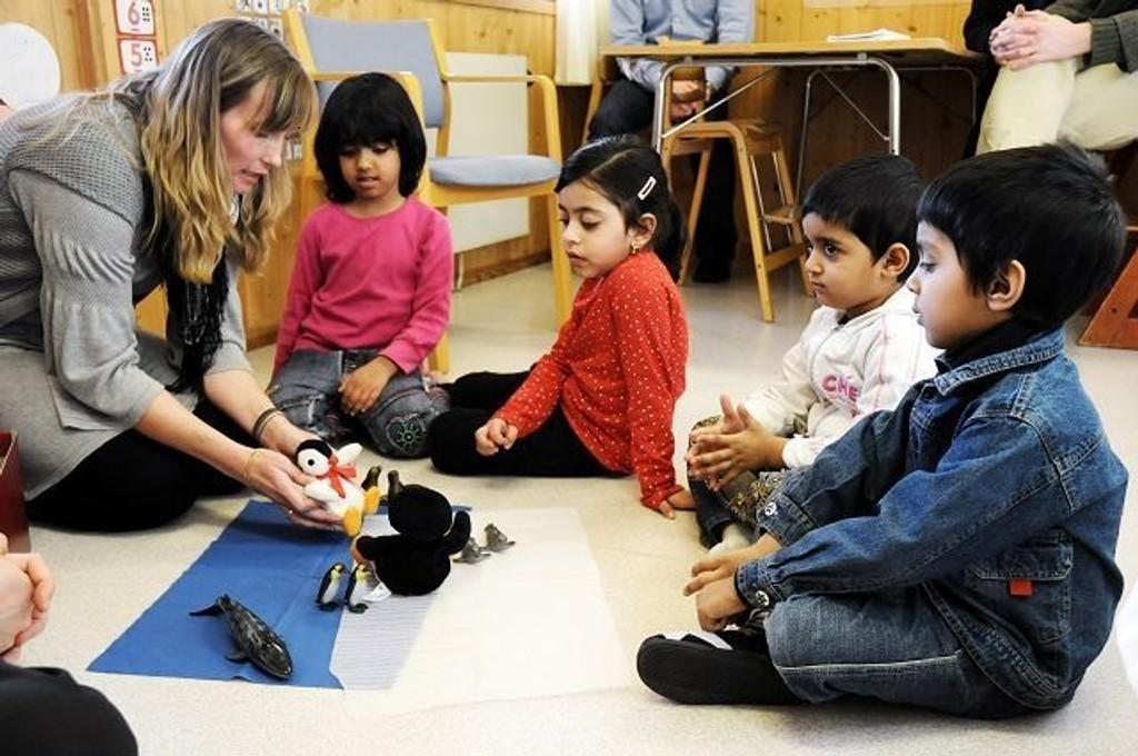 Språkpedagog Ellenor Andersson forteller fra «Da den lille pingvinen begynte å fryse», og Hamna Afzal (5 år), Samia Jannat Farooq (5 år), Anisha Kahn (4 år) og Danish Khan (5 år) følger nøye med på historien om alle dyrene den kalde pingvinen møter.