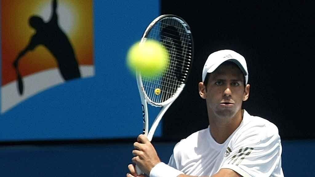 Novak Djokovic, Serbia returnerer en ball fra Jeremy Chardy, Frankrike under deres 2. rundemøte i Australian Open 2009.