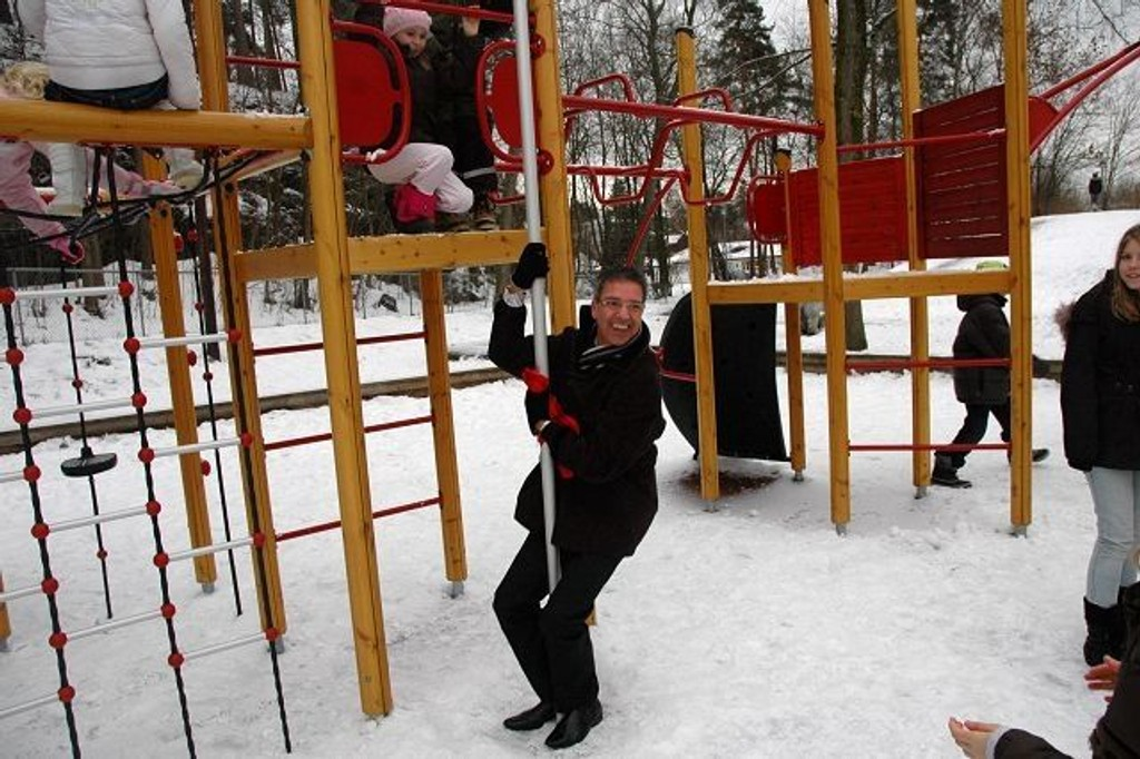 Testet klatreapparatet: Rektor Svein Olsen testet ut det nye lekeapparatet. Foto: Andreas Lindbæk