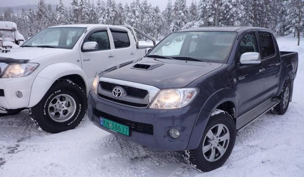 MER SUV: Hilux med stabilitetskontroll og traction, sier du?! Jepp, det er et faktum. (Modellen til venstre er en Arctic Truck-versjon)