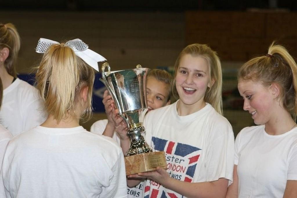 Jentegjengen i Viqueens Incredible syns det var veldig stas å bli tildelt Idrettsprisen junior for 2008.