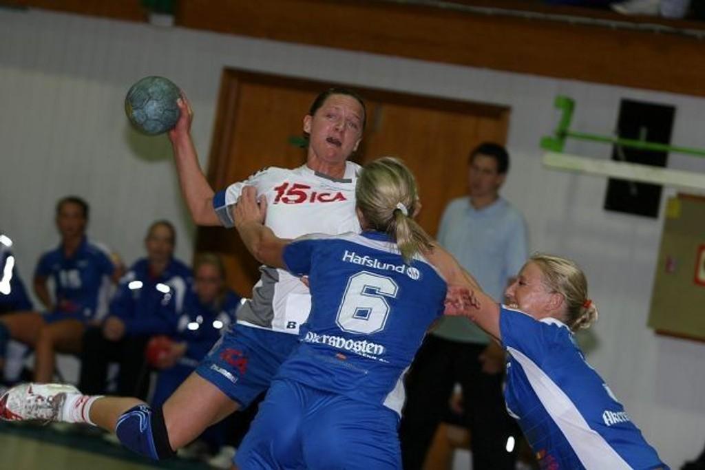 Therese Islas Helgesson og NIF fikk juling mot Larvik. Her er Therese i aksjon i seriepremieren mot Njård.