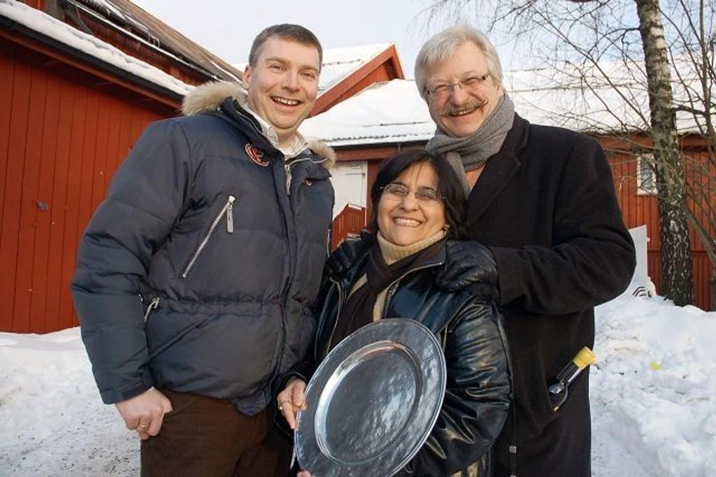 Meena Grover ble tildelt prisen Årets navn tidligere denne uken på Årvoll gård. 52-åringen har vært engasjert i frivillig arbeid i 22 år. Ansvarlig redaktør Tore Bollingmo i Lokalavisen Groruddalen og Alna senters direktør Hans Georg Helberg overrakte prisen.