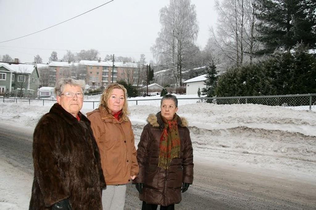 Bjørg Haksø, Ingrid De Paoli og Gunn Bratteberg fortviler over byggeplanene på tomten i bakgrunnen. (Lillian Huse var ikke tilstede da bildet ble tatt).