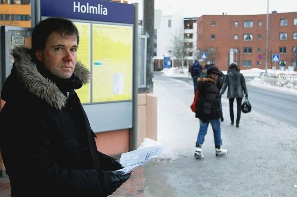 Det har lenge vært planer for å bedre forholdene rundt busstilbudet ved Holmlia senter. Nå er saken ferdig fra byrådets side, sier byrådssekretær Ståle Hagen (H). Arbeidene skal gjøres i år, og vil bli samkjørt med det som skal gjøres i forbindelse med ny rampe til togperrongen.