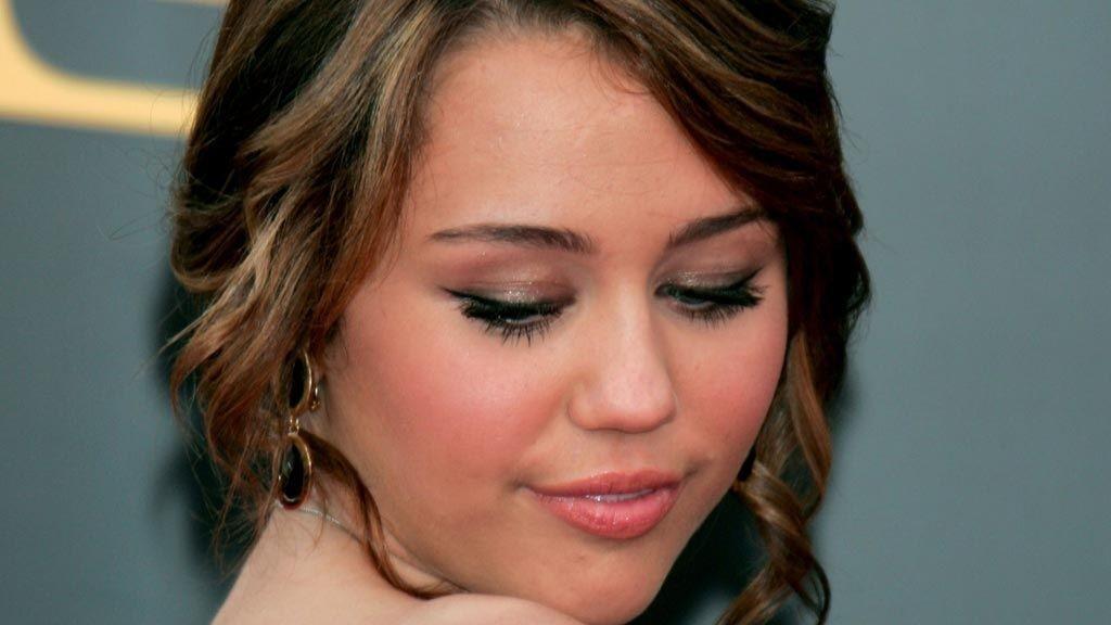 SAKSØKES: Bildeskandalen kan nå få store konsekvenser for Miley Cyrus etter at en kvinne har saksøkt henne for 27 milliarder kroner.