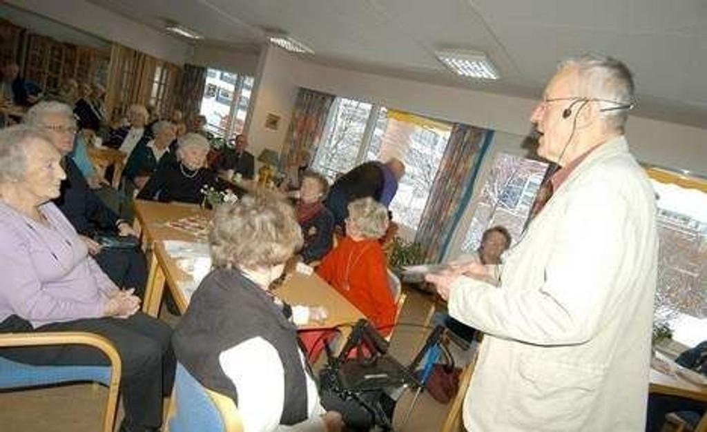 Publikum ved Skøyen/Smestad seniorsenter hadde mange spørsmål de ønsket å stille. foto: elisabeth c. wang
