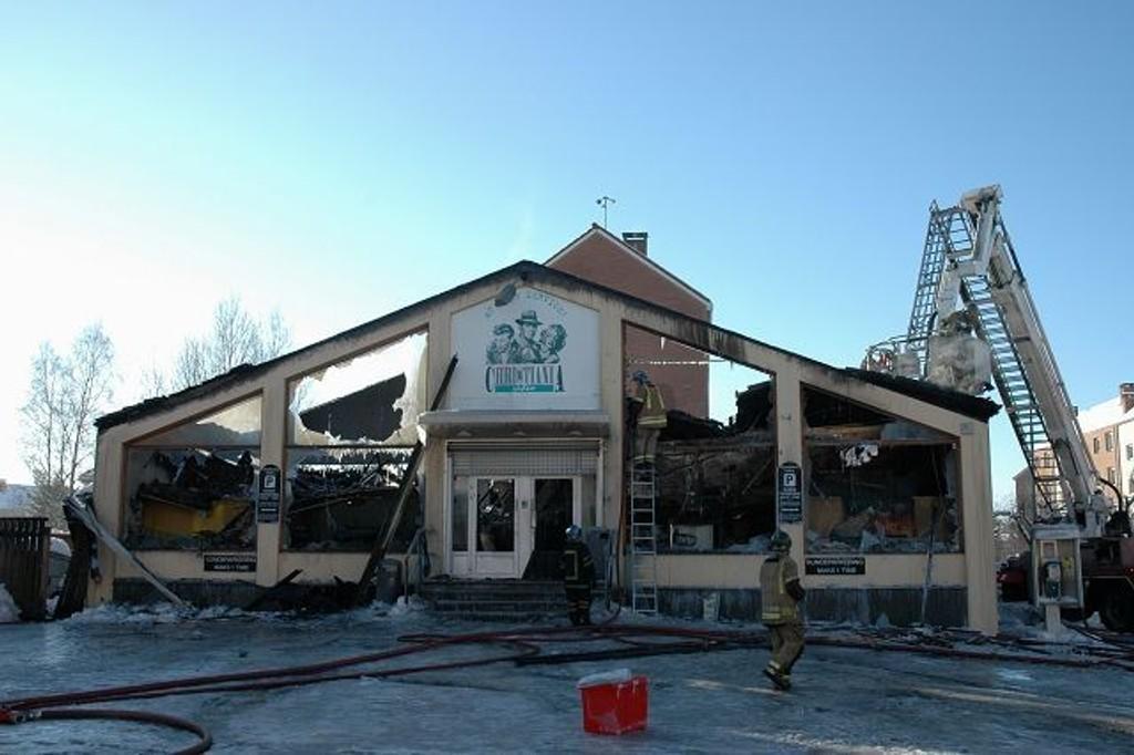 Lørdag formiddag jobbet brannvesenet fortsatt på åstedet, og det luktet brann i hele nærområdet. Foto: Nina Schyberg Olsen