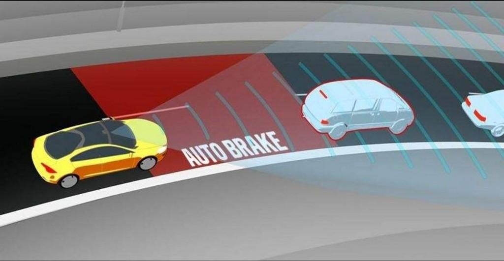 AUTOBRAKE: Reagerer ikke føreren på varsel, bremser bilen selv for å unngå kollisjon.