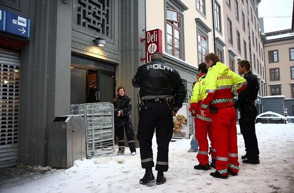 Politiet tok seg av raneren, ambulansefolkene tok seg av offeret.