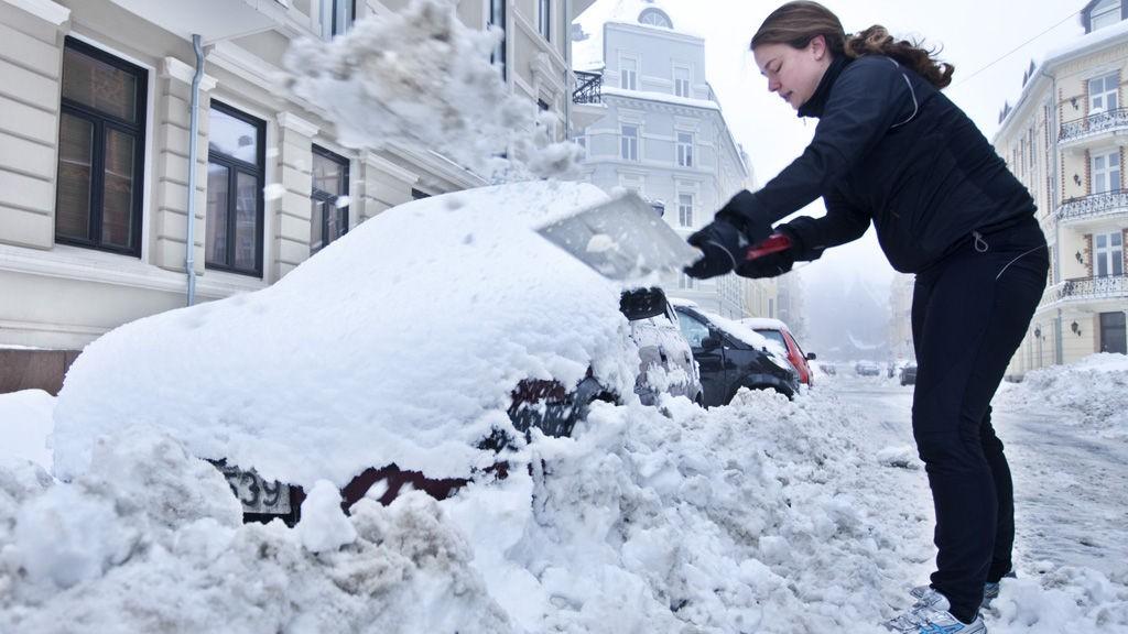 SNØ, SNØ OG ATTER SNØ: Janne Møller-Stray måtte grave frem bilen sin i Oslo søndag morgen etter de store snømengdene som falt lørdag.