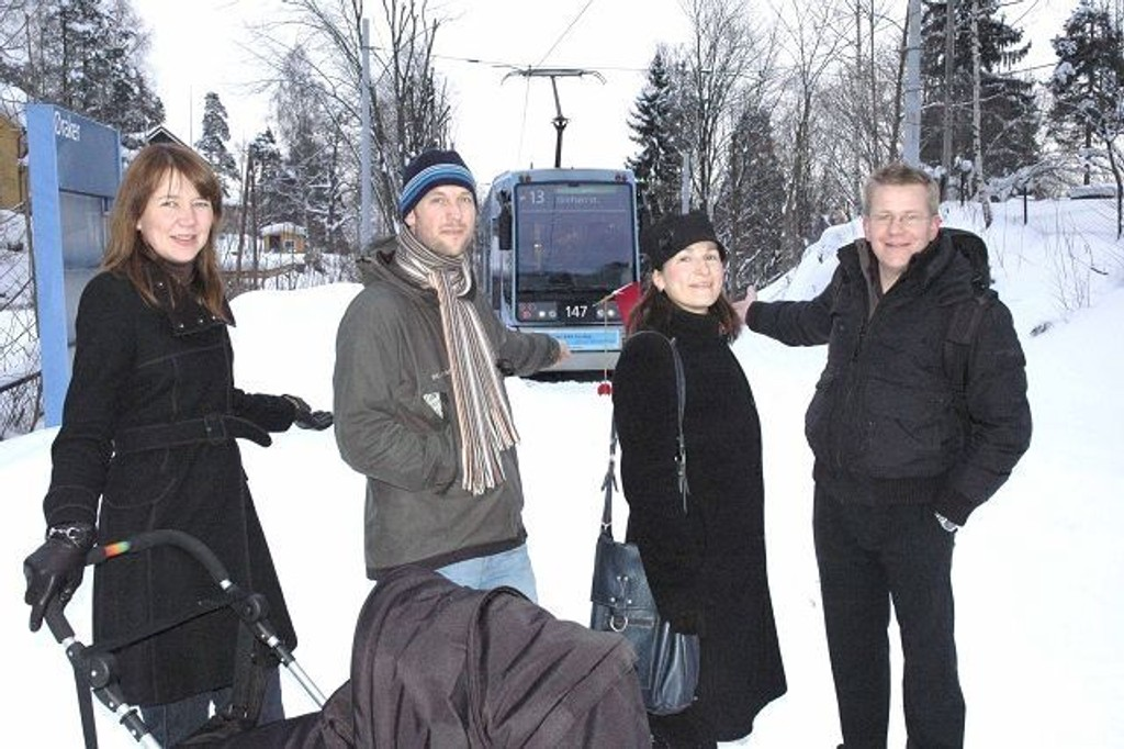 Så nær, men likevel så langt unna. Ingrid Flåta (fra venstre), Jens Jørgen Patterson, Kristin Tonay Berg og Anders Taucher må konstatere at trikken stopper en meter fra Øraker stasjon. Foto: Vidar Bakken