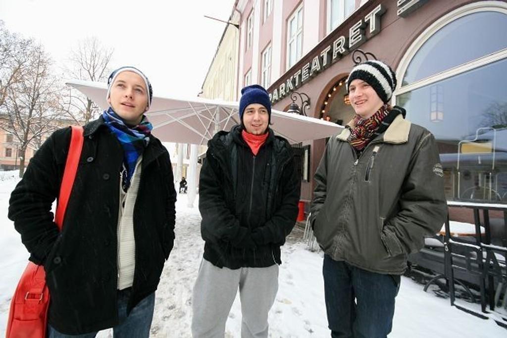 Alderen til tross Lars Olden Nicolaysen (t.h.) og Apostolos Spiros (midten) fra Circus Mind lever et ekte rock'n'roll-liv. Nå satser de på å bli store i UKM. Her med Erik Larsen fra Sinsen kulturhus (t.v.).