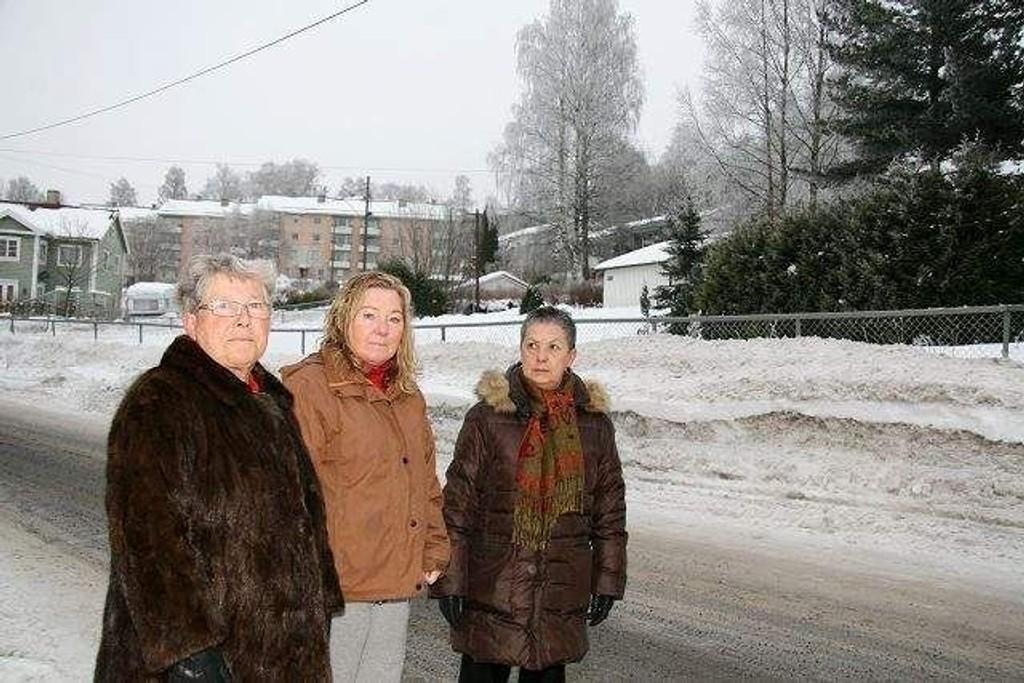 Bjørg Haksø, Ingrid De Paoli og Gunn Bratteberg ble ikke glade da de fikk vite om byggeplanene på tomten i bakgrunnen. Arkivfoto