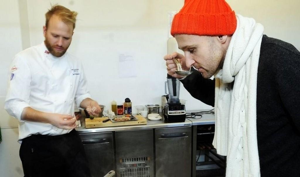 NAM: Vår vinekspert Ole Martin Alfsen smaker på Tom-Victors silkemyke kikertsuppe med salt sideflesk.