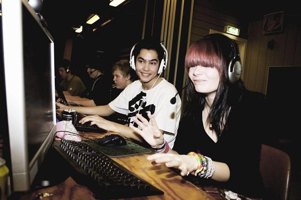 Henrik Hansen (14) og Kaia Klokset (14) fra Kalbakken spilte Counter-Strike fra lørdag til søndag, sammen med 30 andre deltakere. I tillegg til PC-spill var festen stappfull av underholdning og god matservering.