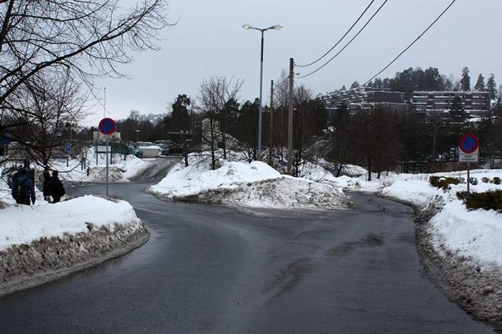 Det var her på parkeringsplassen ved Canon-bygget på Holmlia at det ble løsnet skudd mot en bil tirsdag kveld. Foto: Arne Vidar Jenssen