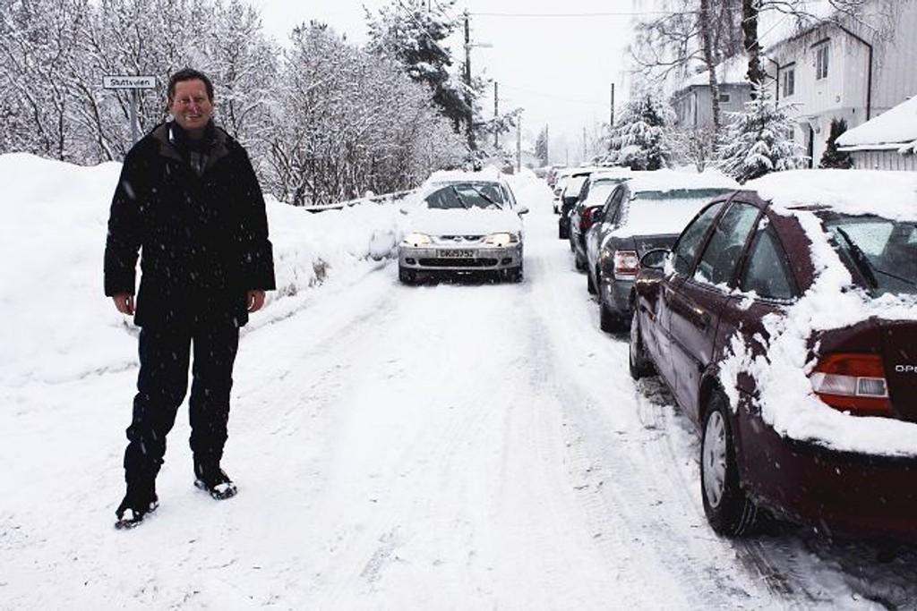 I Åsdalsveien ved Stuttveien står bilene parkert på rekke og rad. Når det i tillegg kommer en bil kjørende, er det ikke plass til gående, verken voksne eller små elever, konstaterer Gunnar Tangen