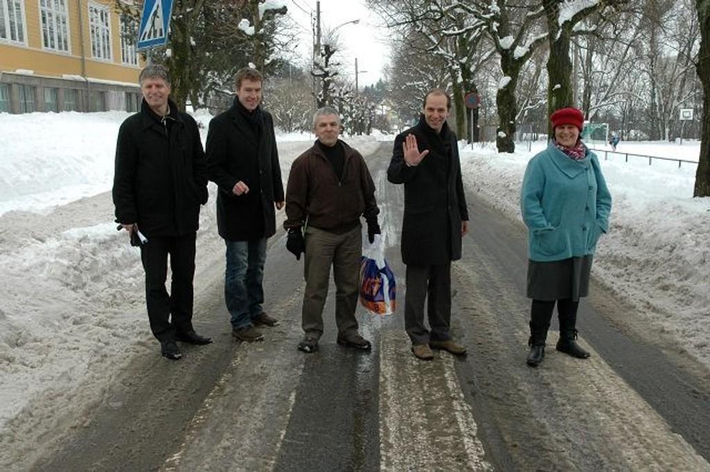 En bilvei hører ikke hjemme i en skolegård. Det mener f.v. Ola Elvestuen (V), FAU-leder Erik Skei, FAU-representant Bent Gether-Rønning, Knut Even Lindsjørn (SV) og Tone Tellevik Dahl (Ap).