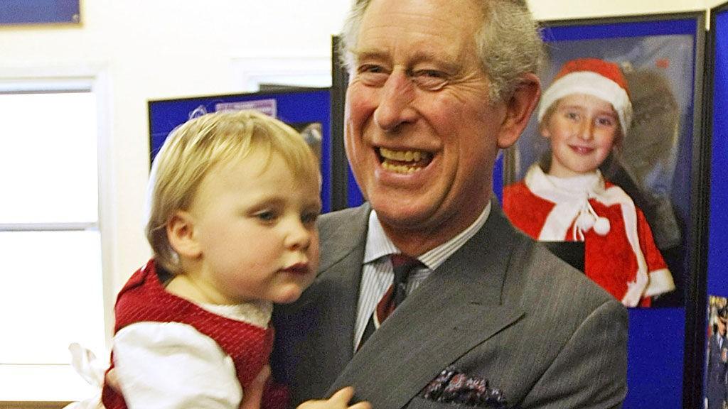 STORT SMIL: Prins Charles slo latterdøren opp for den fremmelige Bronwen (2) som heller ville sitte på armen enn å stå pent på gulvet og se på prinsen.