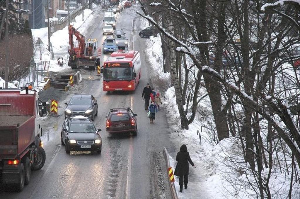 Skolebarna får trafikk opp på fortauet i begge retninger, men det er ikke et problem mener PA-entreprenør Foto: Vidar Bakken