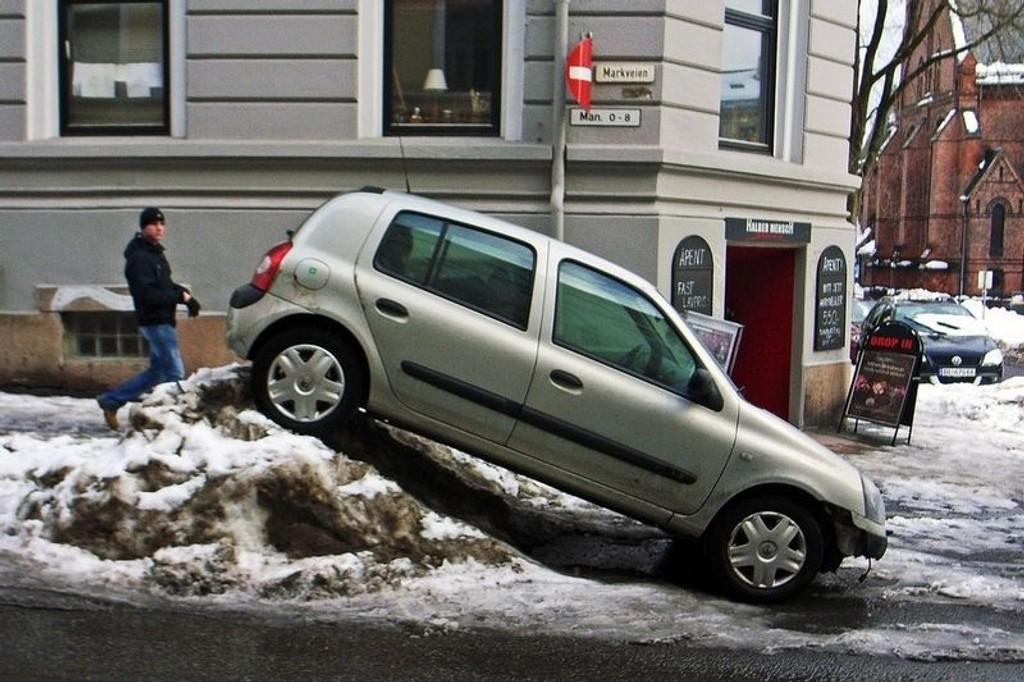 Denne bilisten på Løkka måtte tenke ekstra kreativt når han skulle parkere.