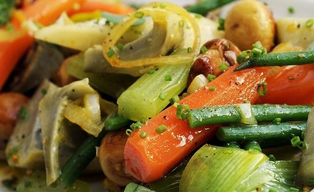 Vintergrønnsakene får masse god smak når de marineres på gresk vis.