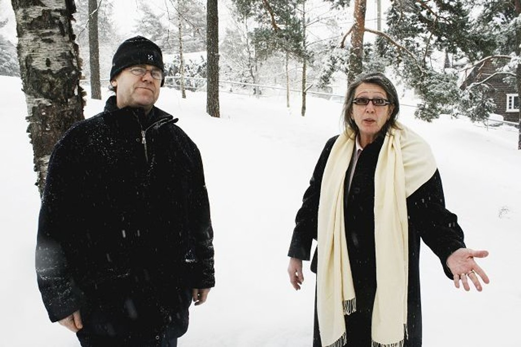 Grorud gravlund er nå stengt for nye kistegraver, opplyser Stein Olav Hohle. Her sammen med direktør i gravferdsetaten Margaret Eckbo.