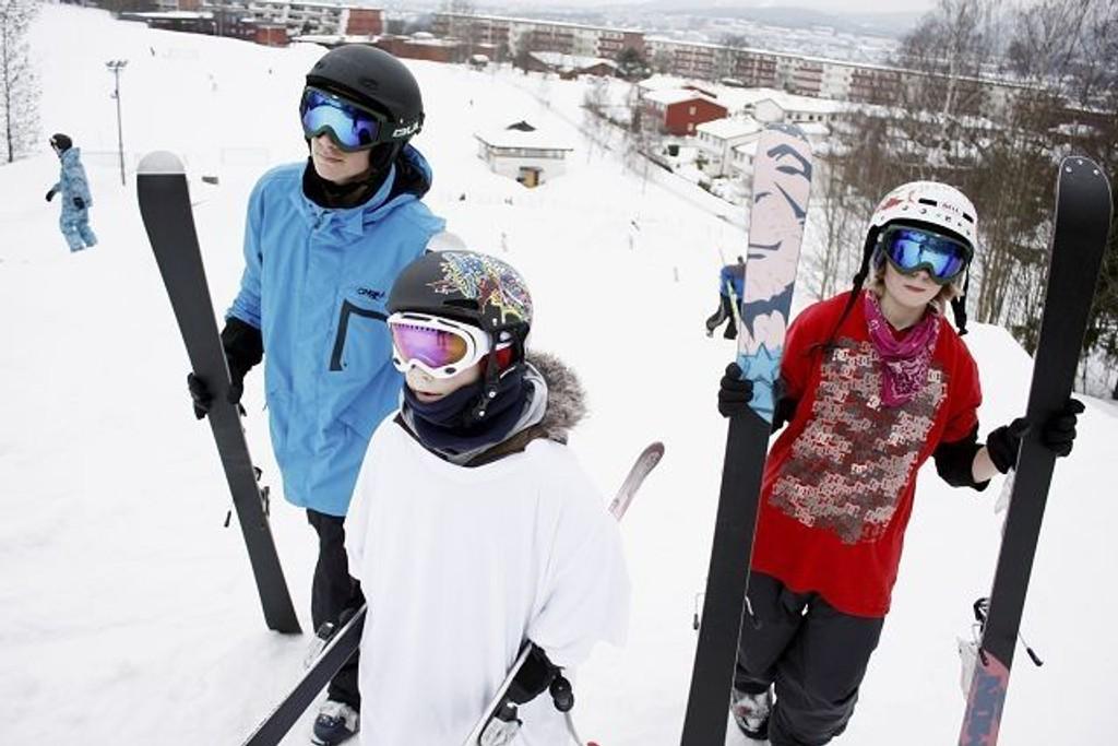 Daniel Daldosso (14), Eivind Vandås (10) og Mathiu Lund (13) har tilbrakt utallige timer i Jerikobakken denne vinteren. Her tråkker de opp mot hoppet under lørdagens jibbeøkt.