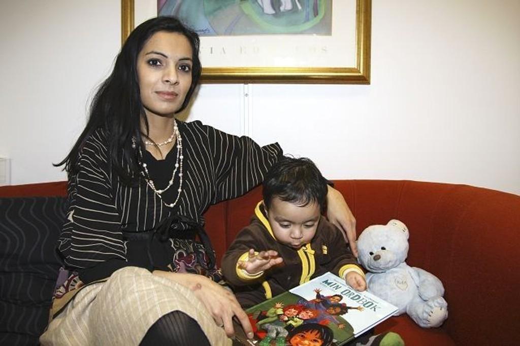 Shazia Hussain fra Økern har dedisert sin første barnebok til sønnen Noah (11 mnd), som allerede er oppslukt av boken.
