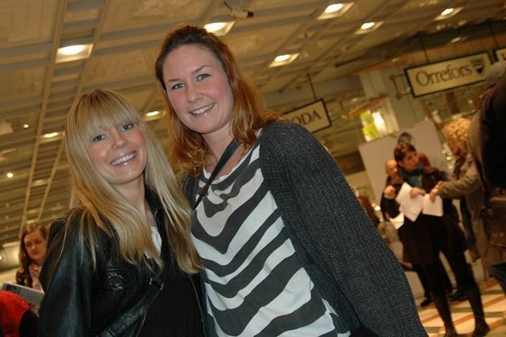 Kristine Austnes (t.h) skal gifte seg, og var på brudeshow med sin forlover Katrine Kvalsund. ALLE FOTO: JULIE MESSEL