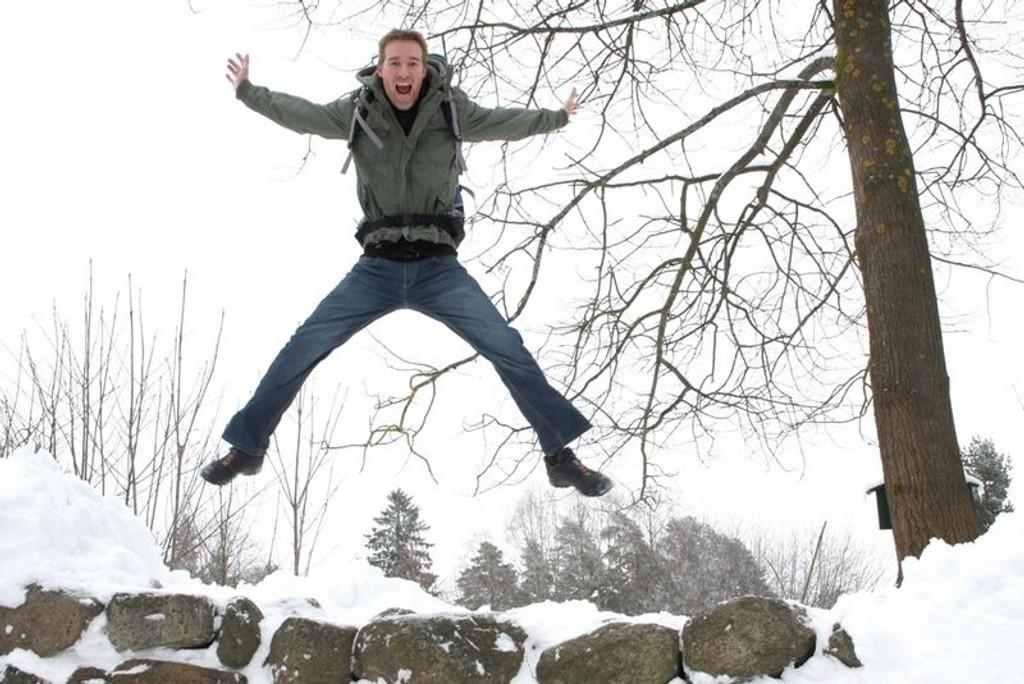 """Robert Løken på """"svenskemuren"""" ved Nordberg. Om ikke alt for lenge skal han ut å vandre på en mye større mur. Foto: Linn Kongsli Lundervold"""