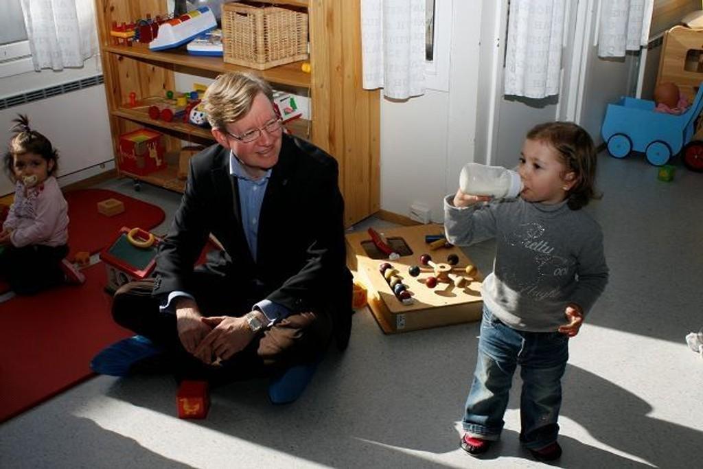 Torger Ødegaard kunne glede Hazal på to år. Hun får nemlig barnehageplass. På andre siden sitter søsteren Aylin på ett år. FOTO: CAMILLA SVENDSEN