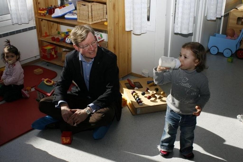 Torger Ødegaard kunne glede Hazal på to år. Hun får nemlig barnehageplass. På andre siden sitter søsteren Aylin på ett år-