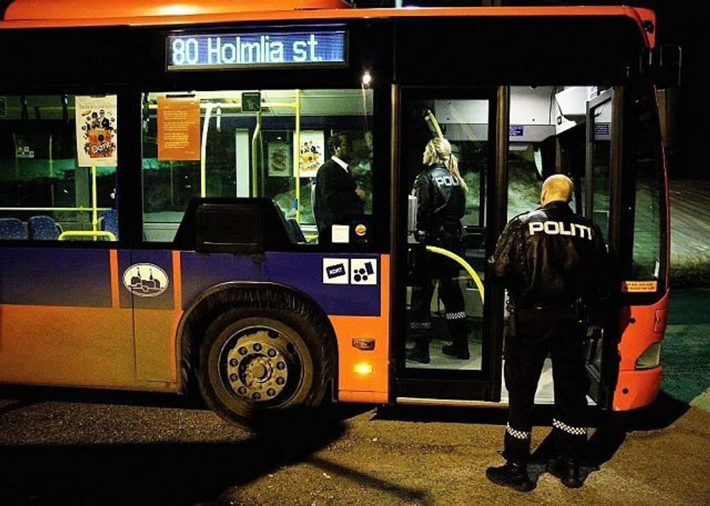 Tre maskerte personer ranet natt til tirsdag en buss på Åsbråten på Holmlia.