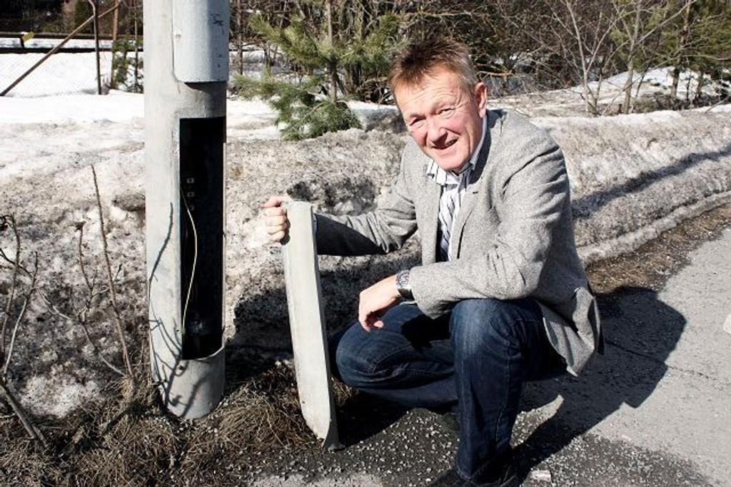 Mange lysstolper har blitt ødelagt i løpet av vinteren, og kommer man borti det strømførende her, kan det være meget farlig, sier Morten Schau, informasjonssjef i Hafslund.