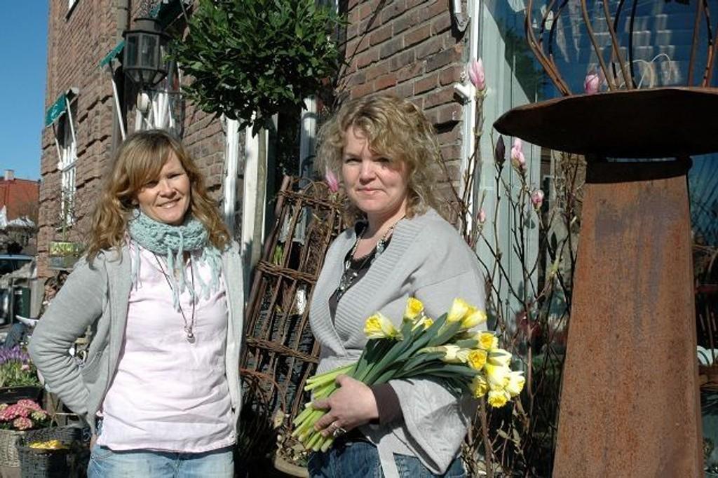 Søstrene Elisabeth og Ragnhild gir blomstertips fra Damplassen. Foto: Karl Andreas Kjelstrup