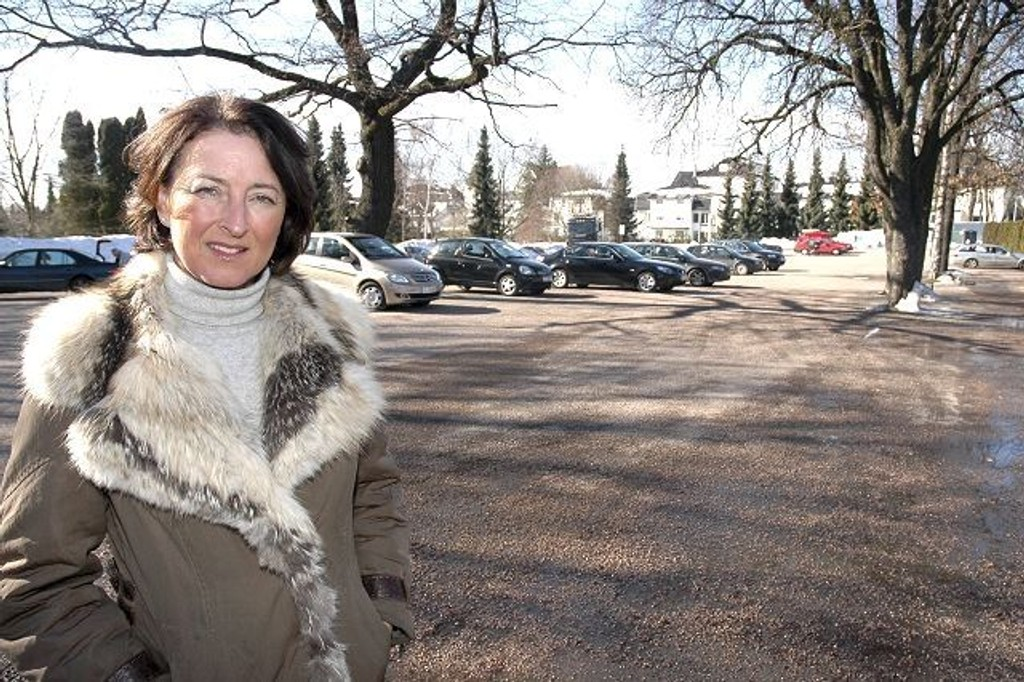 Anita Asdahl Hoff vil jobbe for at både besøkende til Vestre gravlund og kollektivbrukere kan parkere på disse plassene. foto: Alexander Synstad