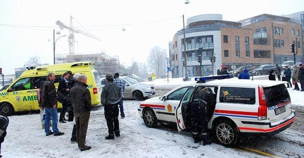 Ambulansen tok med seg mor, far og barn etter en dramatisk ulykke i Røakrysset fredag formiddag. Foto: fredrik Eckhoff